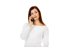 Femme de l'adolescence réfléchie parlant par un téléphone portable Photographie stock
