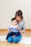 Femme de l'Asie avec son fils Photos libres de droits