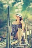 Femme de l'Asie de mode d'été se reposant sur le soleil Image stock