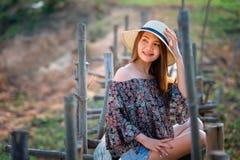 Femme de l'Asie de mode d'été se reposant sur le soleil Images libres de droits