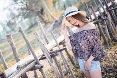 Femme de l'Asie de mode d'été se tenant sur le soleil Images stock