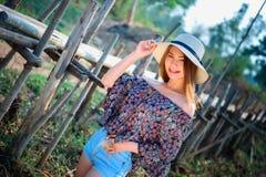 Femme de l'Asie de mode d'été se tenant sur le soleil Images libres de droits