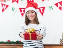Femme de l'Asie en cadeau de partie de Noël donnant la boîte rouge à l'ami avec le smil Photos libres de droits