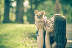 Femme de l'Asie jouant avec son chien en parc Photo libre de droits