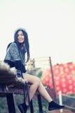 Femme de l'Asie posant sur le bambou Photos stock