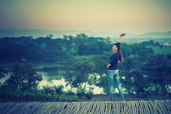 Femme de l'Asie posant sur le point de vue avec le mountrain Photographie stock libre de droits
