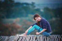 Femme de l'Asie posant sur le point de vue Photos libres de droits