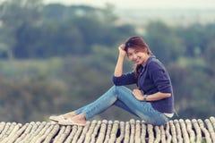 Femme de l'Asie posant sur le point de vue Photo stock