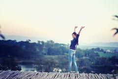 Femme de l'Asie posant sur le point de vue avec le mountrain Photos stock