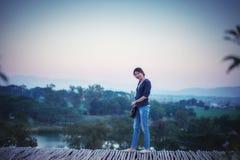 Femme de l'Asie posant sur le point de vue avec le mountrain Image stock