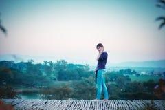 Femme de l'Asie posant sur le point de vue avec le mountrain Photo stock