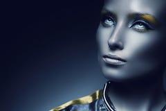 Femme de l'espace avec les yeux blancs dans l'obscurité Photos stock