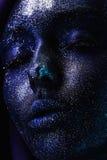 Femme de l'espace dans la peinture bleue et les scintillements Photos libres de droits