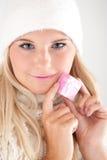 Femme de l'hiver dans le présent blanc de fixation de chapeau Photo stock