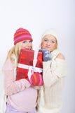 Femme de l'hiver de deux jeunes avec des cadeaux de Noël Images stock