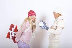 Femme de l'hiver de deux jeunes avec des cadeaux de Noël Photographie stock