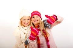 Femme de l'hiver de deux jeunes dans les gants et des écharpes Images stock