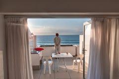 Femme de l'océan pacifique sur la terrasse Image libre de droits