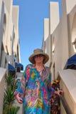 Femme de l'océan pacifique sur les escaliers d'une terrasse Image stock