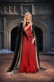 Femme de la Renaissance devant le château Images stock