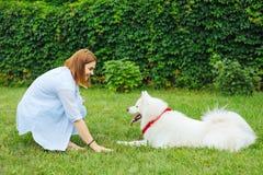 Femme de lancement appréciant le processus de former son chien image stock
