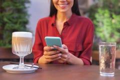 Femme de lancement ayant la pause-café avec ses amis Photo stock