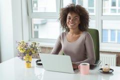 Femme de lancement ayant le travail sur l'ordinateur portable image libre de droits