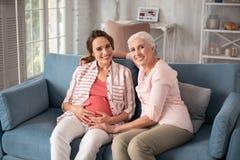 Femme de lancement discutant l'accouchement avec sa fille de attente Images libres de droits