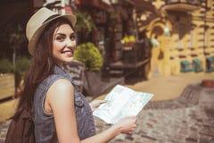 Femme de lancement regardant par l'itinéraire images libres de droits