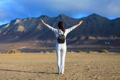 Femme de liberté avec les bras augmentés appréciant la vue fantastique du mounta Photographie stock libre de droits