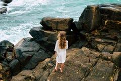 Femme de liberté et de bonheur de sourire sur la plage Elle apprécie photographie stock libre de droits