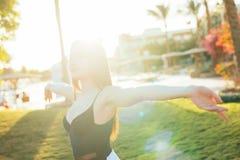 Femme de liberté et de bonheur sur la station balnéaire Elle apprécie la nature pendant le voyage que les vacances vacation dehor Photo stock
