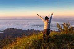 Femme de liberté sur la montagne avec la brume débordante et beau Image libre de droits