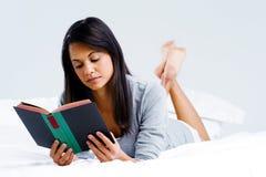Femme de livre de loisirs Photographie stock