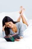 Femme de livre de loisirs Photo libre de droits