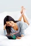 Femme de livre de loisirs Photographie stock libre de droits
