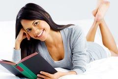 Femme de livre de loisirs Images stock
