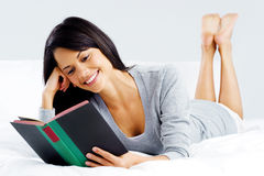 Femme de livre de loisirs Image stock