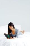 Femme de livre de loisirs Photos stock