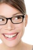 Femme de lunettes d'eyewear en verre semblant heureuse Photo stock