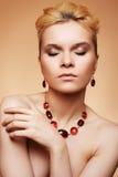 Femme de luxe avec le renivellement normal et le bijou élégant Photographie stock libre de droits