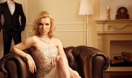 Femme de luxe dans l'intérieur riche Photo libre de droits