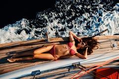 Femme de luxe faisant de la navigation de plaisance dans la vue supérieure de mer photos stock