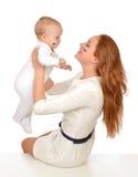 Femme de mère se tenant dans sa fan de fille d'enfant de bébé d'enfant de bras avec le RU Photo libre de droits