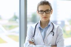Femme de médecin au-dessus de fond d'interiers de clinique Photo libre de droits