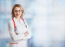 Femme de médecin ou de médecin au-dessus de médical abstrait Photographie stock