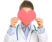 Femme de médecin retenant le coeur de papier photos libres de droits
