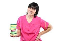 Femme de ménage âgée moyenne avec des éponges images libres de droits