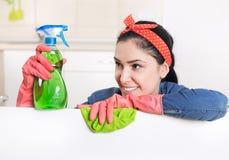 Femme de ménage avec le conseil blanc photographie stock