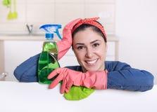 Femme de ménage avec le conseil blanc image stock
